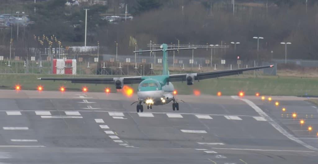 強風で機体が横向いていても無事に着陸させるパイロットのテク!