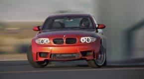 BMW 1Mでクルマのサイズぴったりのパネルをドリフトしながら駆け抜ける!