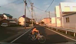 【恐怖】小学生の間で車やバイクの前にわざと飛び出す度胸試しが流行中!運転中は気をつけて