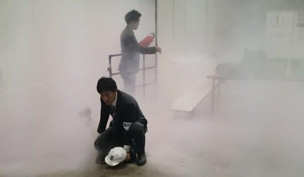 欅坂46の握手会で男が発煙筒を投げ込む事件が発生!持ち物検査がザルだったとの情報も