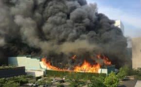 東京都江東区東陽町で解体中の建物から爆発を伴う大火災!現場からは爆発音と黒煙で叫び声が上がっている