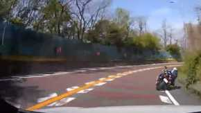大阪・阪奈道路下りでバイクとクルマの熱い走り屋バトル!ドラレコ映像公開で炎上