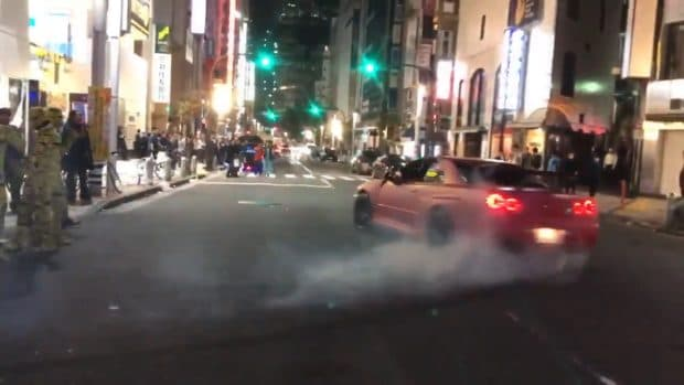渋谷ハロウィン2017で調子に乗った外国人が日産 R34 スカイラインでドリフトして歩道に突っ込む事故!その後逃走