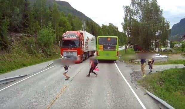 【恐怖】バスから降りてきた子供が飛び出してトラックにひかれそうに!ボルボのブレーキ性能が証明される