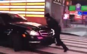 バーンナウトしたメルセデスベンツが止めようとする警察をひき逃げ!警察は銃を持って追跡