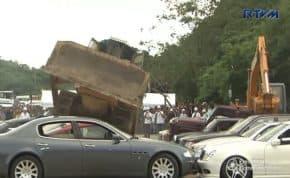 BMW・ポルシェ・マセラティ等の不正輸入高級車両を重機で破壊!不正輸入抑止キャンペーン