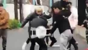 Supreme渋谷店 中国人転売ヤー達が店員を集団暴行してパイプ椅子でフルスイング!