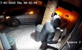 スマートキーハッキングでベンツを駐車場から20秒で盗難完了 自宅にキーを保管してる人は要注意