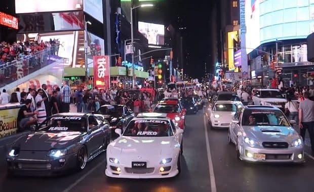 7月7日「セブンの日」にニューヨーク・タイムズスクエアを日本のスポーツカーでジャック