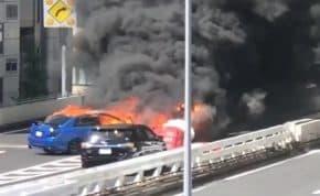 首都高速1号上野線・上野出口でスポーツカーが事故で車両火災 「爆発音して黒煙上がる」