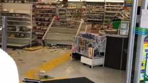 コンビニの商品を投げて棚を破壊して大暴れで店内グチャグチャ!ドッタンバッタン大騒ぎ