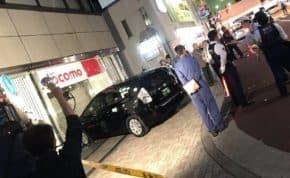 東京都港区「ドコモショップ 田町店」に「トヨタ・プリウス」タクシーが突っ込み特攻する事故