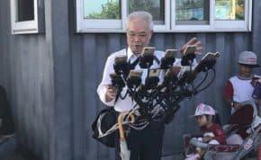 ポケモンGO 11台にスマホを増やしてアームで持ち歩くヘビーユーザ老人