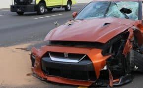 陸橋から道路にコンクリート片が投げ込まれて走行中の「日産・R35 GT-R」運転手の頭部に直撃し死亡
