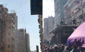 空から大量の紙幣をばらまき多くの人が殺到!警察が出動して拾った紙幣全額没収