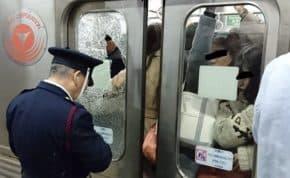 日本の満員電車 人が多すぎて電車の窓ガラスが割れる事故が発生!通勤電車もキャパ限界の限界を超えたか