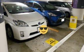 駐車防止のために置かれたスタンドを移動して「トヨタ・プリウス」がスペースを占拠