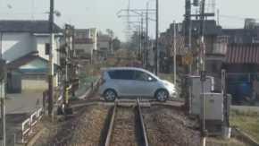 群馬県桐生市で83歳老人の運転する車が遮断機の閉まっている踏切に侵入し停車!電車と衝突する事故