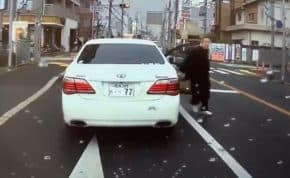 無理に合流した僧衣姿の高齢者が運転するクラウン!急ブレーキを繰り返し危険運転後「ナヤゴリャァ」