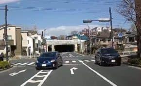 東京都で暴走するプリウスが右折レーンから交差点内で追い越しに失敗し対向車に正面衝突寸前の無謀な危険運転