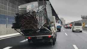 京葉道路を過積載で半壊したトラックで楽しそうに運転するも当然崩れて渋滞の原因になる