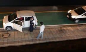 沖縄で違反車両に乗っていた中年男性が警察官に逆ギレして大暴れ!警察は呆れて違反処理せず立ち去る