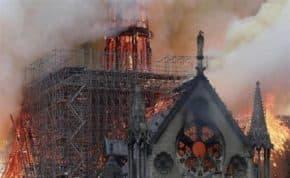 パリ「ノートルダム大聖堂」大規模火災の原因は改修工事か 火災と鎮火後の動画像まとめ