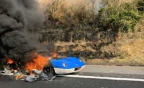 常磐道で「ロータス・ヨーロッパ」が大炎上する車両火災!完全に丸焼けの状態に