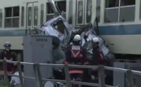 神奈川・小田急線の電車が踏切で立ち往生した乗用車と衝突して脱線!本厚木から伊勢原間で上下運転見合わせ