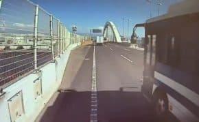 阪神高速・湾岸線で警察バスが危険運転!警察車両がトラックに幅寄せして事故寸前