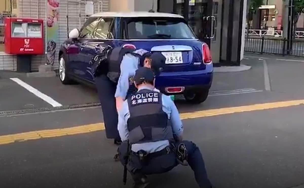 コンビニの前に警察が居たので何してるのか確認したら大事件!実に日本的な事件だと動画が話題に