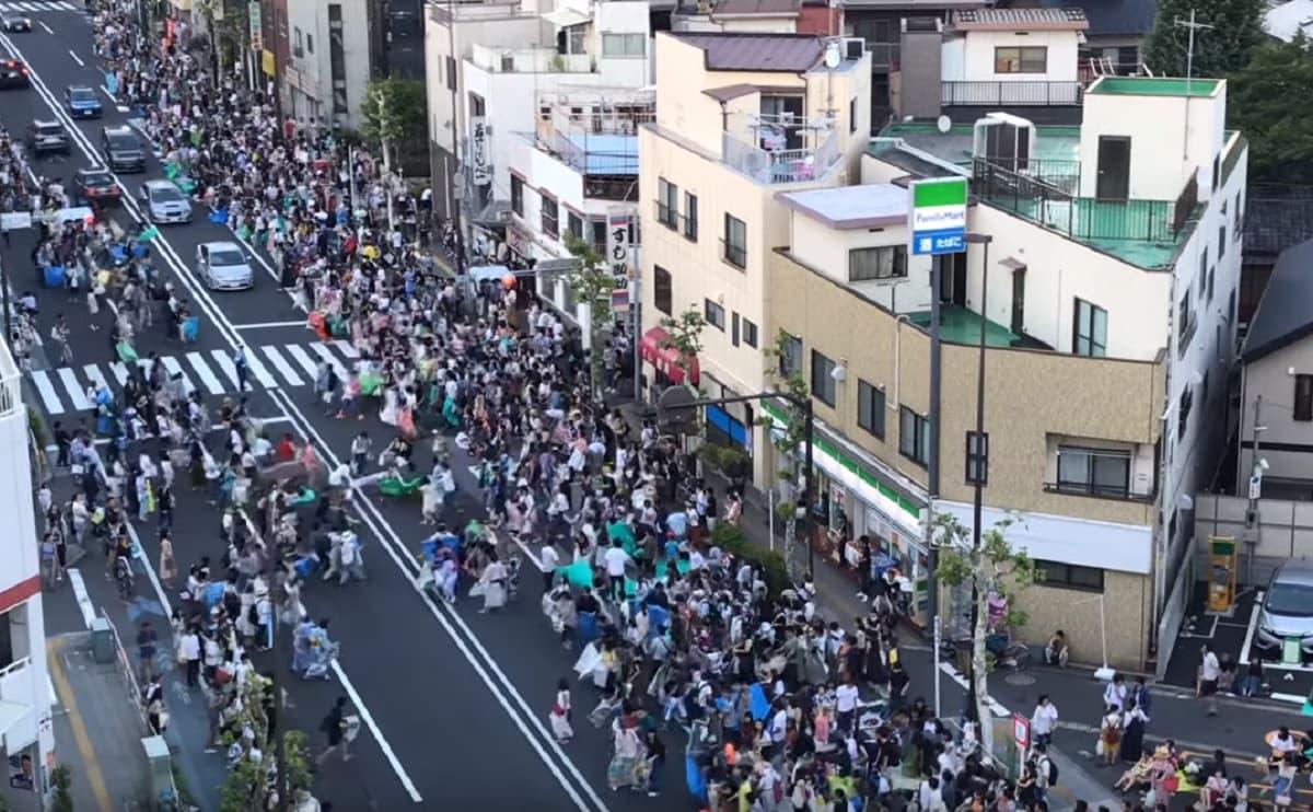 東京・隅田川花火大会で車道の場所取りが酷すぎる!警察が統率できず車道に座り通行不可に