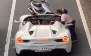 関西でフェラーリをあおり運転して工具で殴りぶっ壊す原付のDQNが登場
