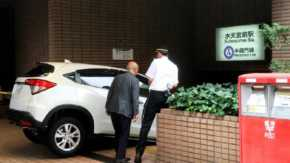 SUVを運転する86歳高齢者が東京メトロ・水天宮前駅の入り口に車でダイナミックエントリー