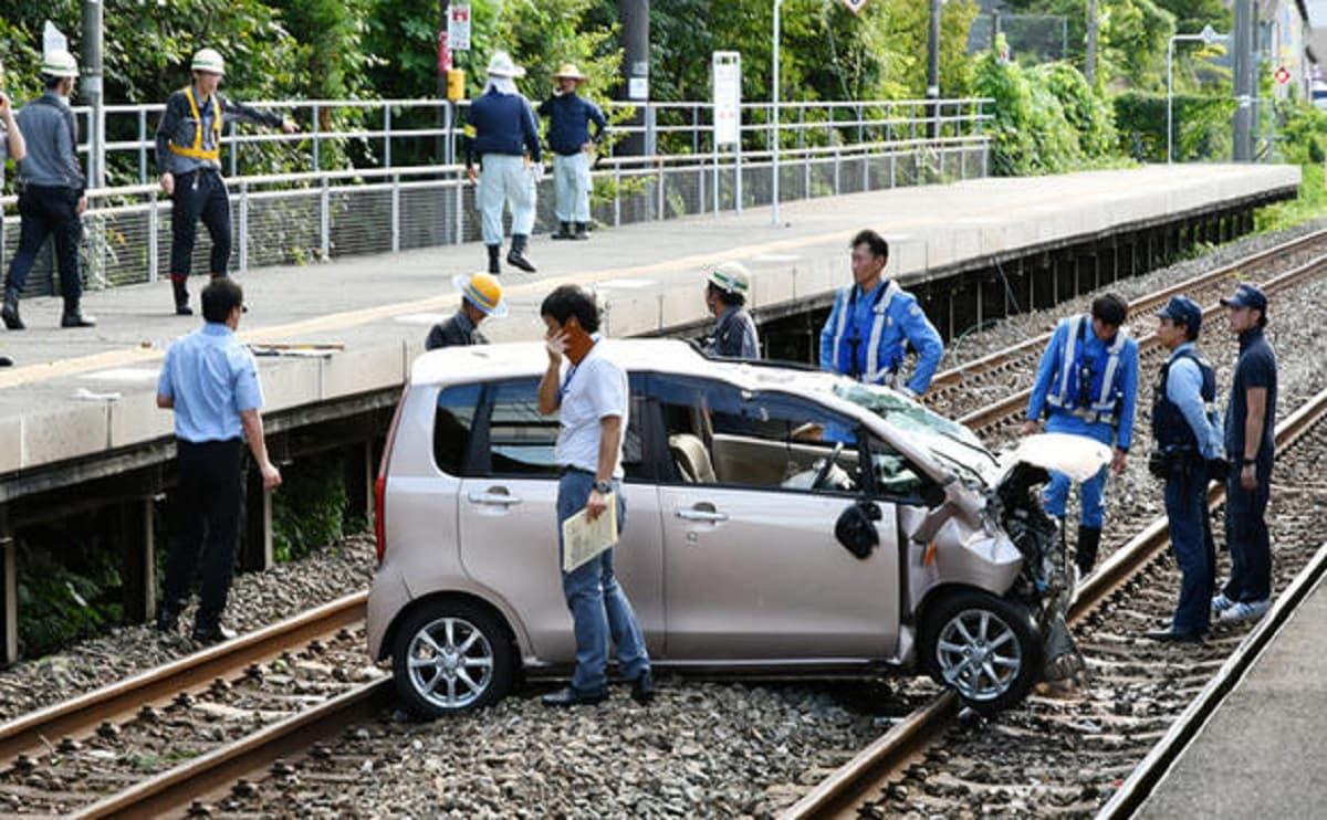 軽自動車を運転する70歳高齢者が福岡・東福間駅から線路に転落する事故!線路を越えるジャンプに失敗か