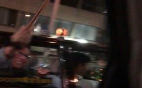 大阪でタクシーの後部座席から笑いながら杖で車を襲ってくる高齢者が登場!タクシーは何故かその後逃走する謎が多すぎる事件