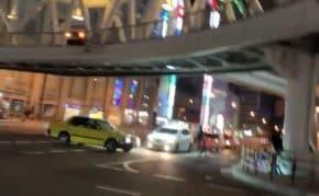 大阪・天王寺の交差点にクレイジータクシーが出現!自転車にぶつけようとスキール音出しながら大暴走