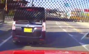 愛知県で一時停止無視の軽自動車に怒り爆発で鬼クラクションにあおり運転と幅寄せで仕返しする動画