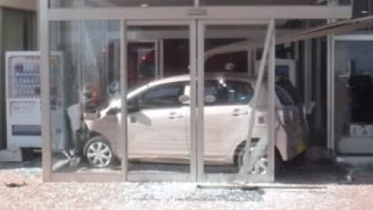 佐賀県で89歳女性が運転する軽自動車が葬儀場に突っ込んで入場する事故「葬儀に参列するため」