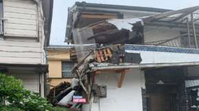 和歌山県で民家2階にレクサスがミサイルする事故!運転手「覚えていない」