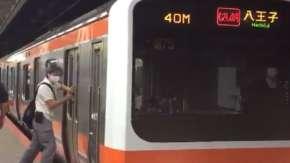 電車のドアに傘を差して無理やり乗車するおじさん!1人の駆け込み乗車で多くの人に迷惑をかける