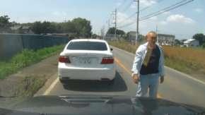 あおり運転で坊主の中高年に絡まれる寸前!あるモノにビビって即撤退する