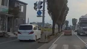 """<span class=""""title"""">熊本県で歩道を爆走し暴走の限りを尽くすアルファードが登場</span>"""