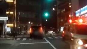 "<span class=""title"">Uber Eats配達員が信号無視でタクシーに特攻する事故!全く止まる気なしで交差点に進入</span>"