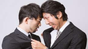 """<span class=""""title"""">スタバの前で従業員同士の喧嘩が勃発!怒りで焦って殴り合い開始したため可愛すぎると話題に</span>"""