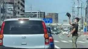 """<span class=""""title"""">大阪であおり運転の後に車を殴りまくりミラーをもぎ取る男性が登場!ヤバい男性「(ミラー)とったどー! 」</span>"""