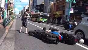 東京・新宿で女性が突如横断した結果バイクが転倒する事故!女性はチラ見して立ち去る バイクはスマホを操作か