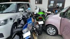 """<span class=""""title"""">千葉県・館山で複数台のバイクに高齢者の軽自動車ミサイルが突っ込む事故!アクセルとブレーキ踏み間違えか</span>"""