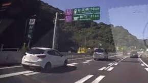東名高速・鮎沢PA付近でGTAプレイ中の様に暴走するデミオが車とバイクと事故!事故後もずっとアクセル全開で走り去る