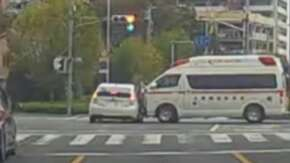"<span class=""title"">埼玉県で搬送中の救急車とプリウスが交差点で衝突!プリウスが外音を遮断して気がつかず特攻か</span>"